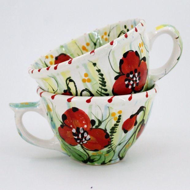 Niedliche Tasse mit roten Blumen