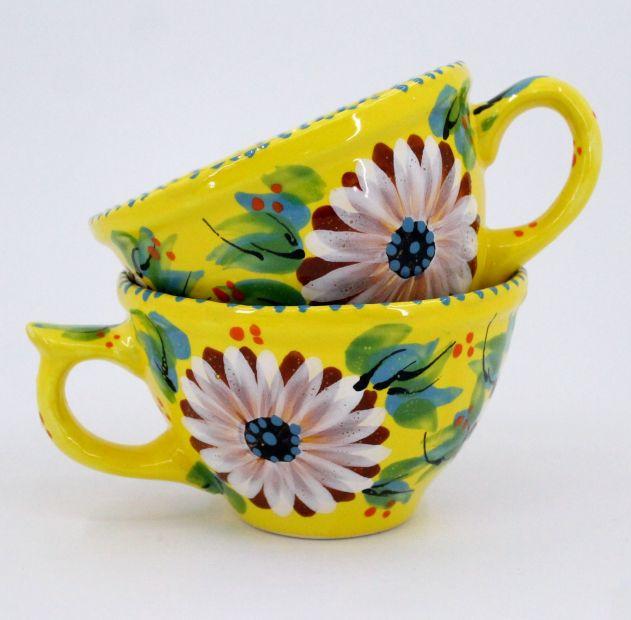 Schöne Kaffeebecher aus Keramik mit Gänseblümchen