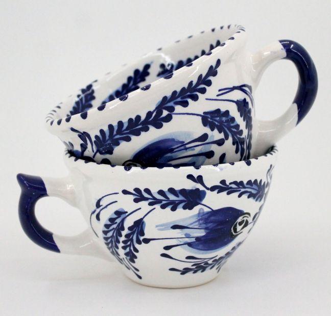 Weiß-blaue Kaffeetasse aus Keramik, handbemalt