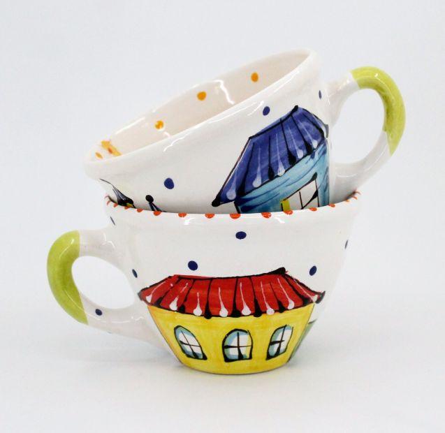 Schöne Tasse aus Keramik mit Kaffeebohnen