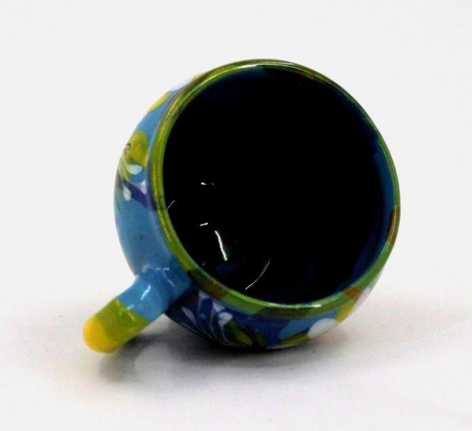 Handbemalte Tasse aus Ton mit Gänseblümchen