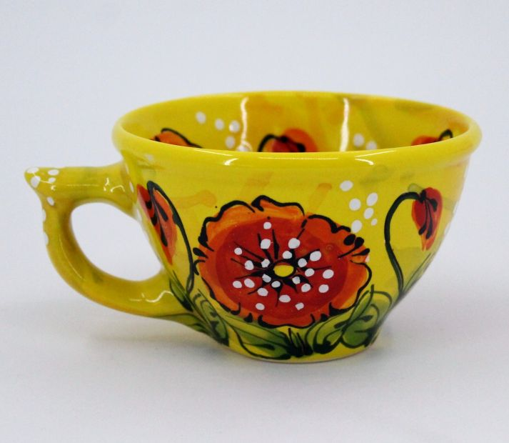 Gelbe Tasse aus Keramik mit Mohnblumen