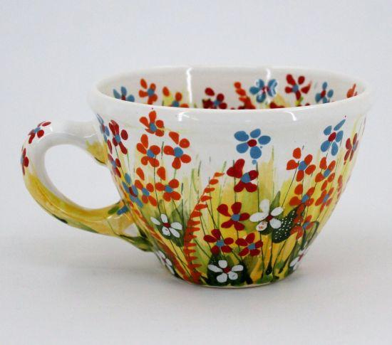 Schöne Tasse aus Keramik mit Blumenmuster