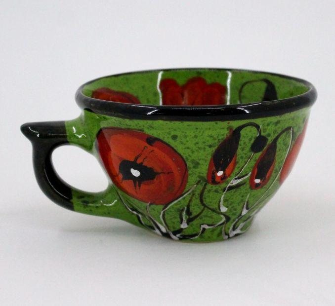 Grüne Teetasse aus Keramik mit Mohnblumen