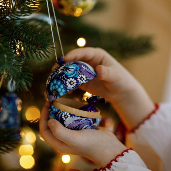 Hanbemalte Motiv-Weihnachtskugel aus Holz zum öffnen