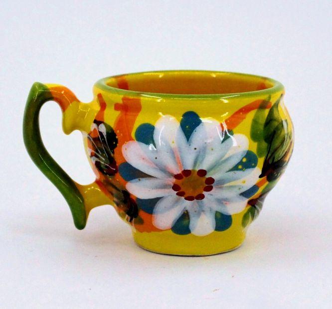 Schöne Tasse aus Keramik mit Gänseblümchen