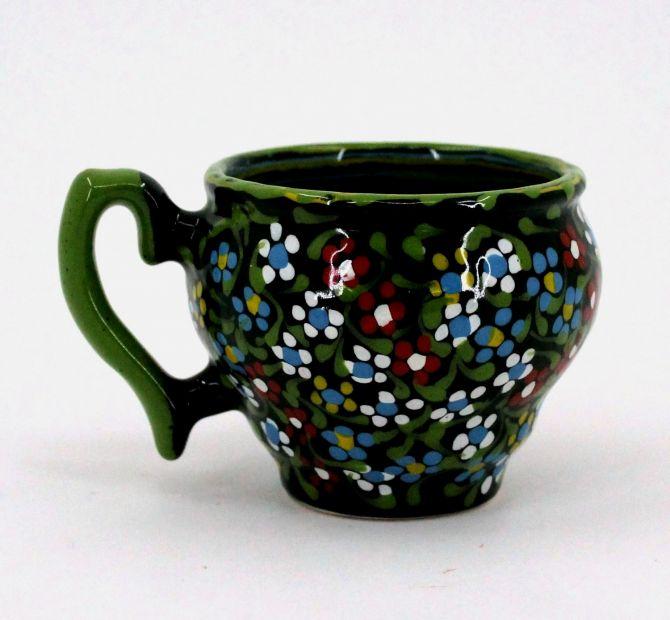 Schöne Kaffeebecher aus Keramik mit kleinen Blümchen