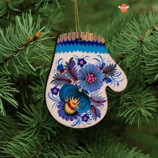 Weihnachtliche Fäustling-Holzfigur mit blauen Blumen