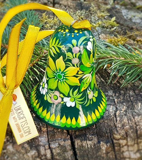 Grünes Glöckchen aus Holz mit traditionellem Blumenmuster