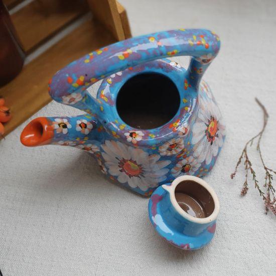 Kleine handbemalte Teekanne aus Ton mit Kamilleblumen