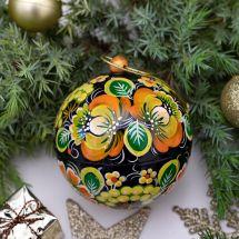 Grüne Weihnachtskugel mit feiner Handmalerei aus Holz