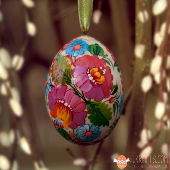 Bemaltes holz Osterei mit Blumenmuster zum Aufhängen, ukrainische Pysanka
