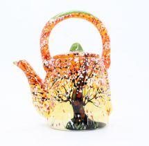 Getöpferte Teekanne mit Herbstmotiven