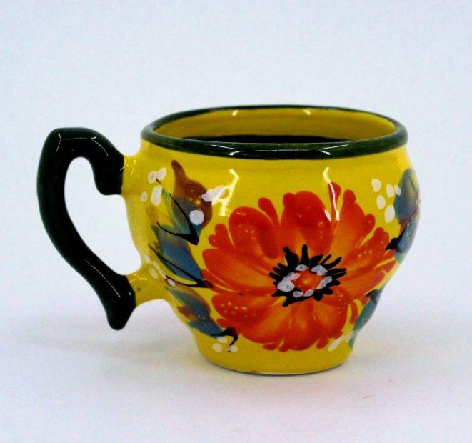 Schöne Kaffeebecher aus Keramik in Gelb