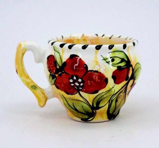 Getöpferte Tasse mit Mohnblumen