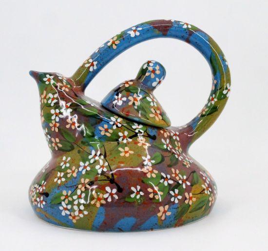 Getöpferte Teekanne mit kleinen Blumen