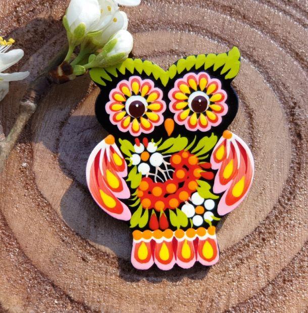 Kreative Brosche-Eule aus Holz von Hand bemalt