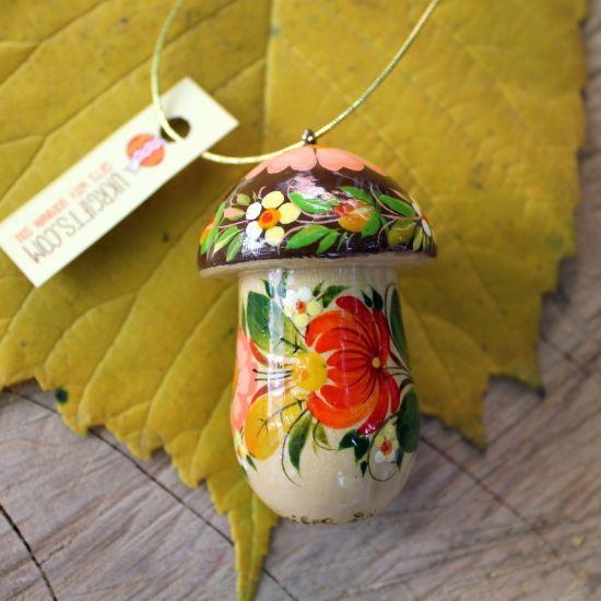 Pilz-Weihnachtsschmuck aus Holz und kleines Geschenkdöschen