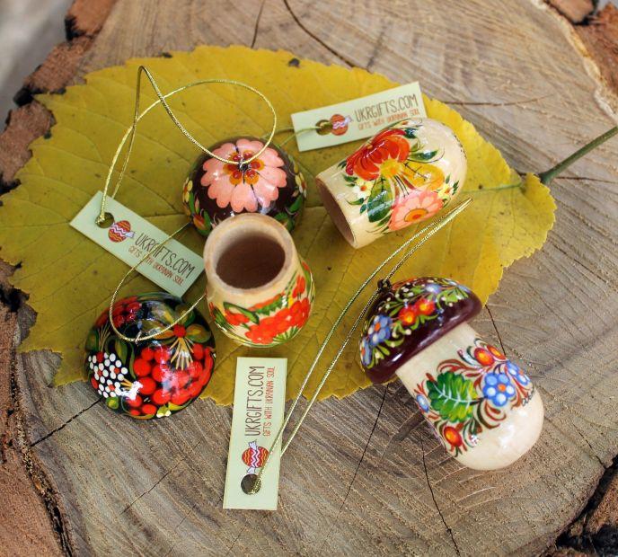 Igel und Pilzchen- Weihnachtsbaumanhänger aus Holz - Ukrainisches Kunsthandwerk