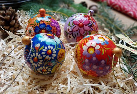 Set mit kleinen bunten Christbaumkugeln aus Holz, die sich öffnen lassen