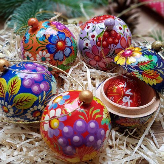 Set mit 5 kleinen Weihnachtskugeln aus Holz, die sich öffnen lassen