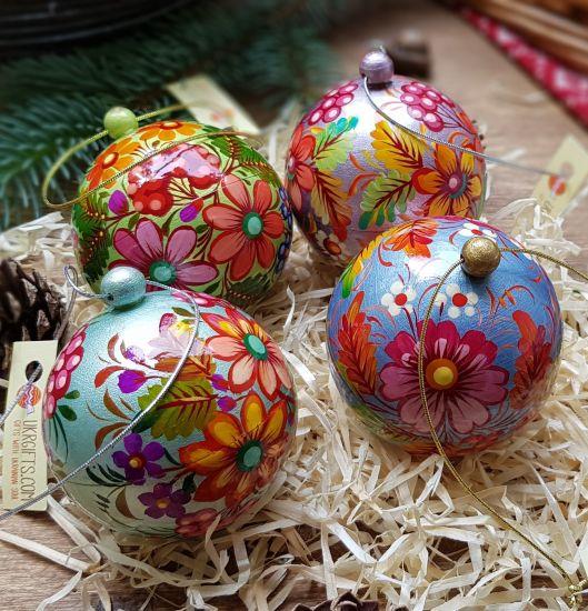 Set mit 4 handbemalten mittleren Weihnachtskugeln, die sich öffnen lassen