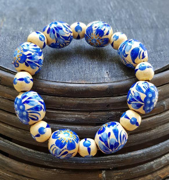 Handgeferigtes Armband mit blauen Blumen aus Holzperlen