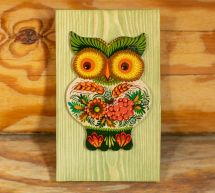 Wanddeko, Lustige Eule aus Holz auf grünem Hintergrund