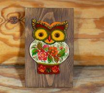 Rustikale handgefertigte Eule Wanddekoration auf braunem Holz