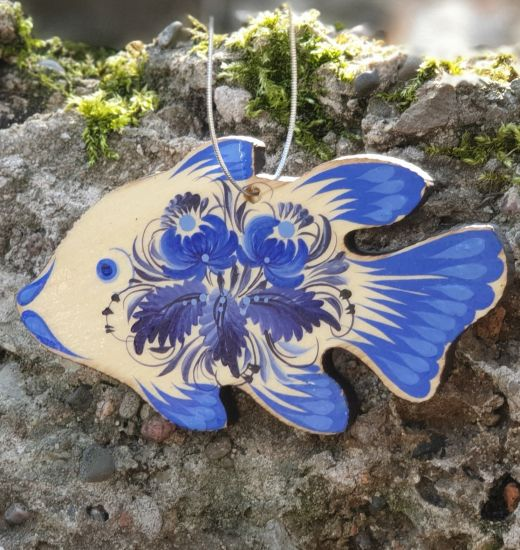 Fischanhänger aus Holz mit filigranem, blauem Blütenmuster