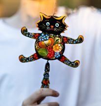 Schwarze Katze - witziger Hampelmann aus Holz mit Petrykiwka-Malerei