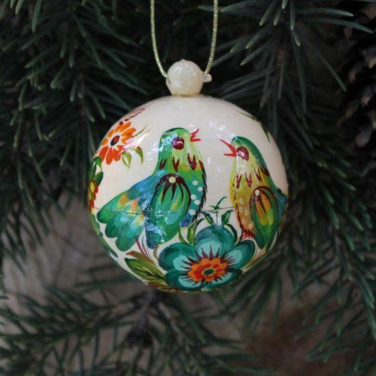 Weiß-grüne Christbaumkugel klein aus Holz handbemalt