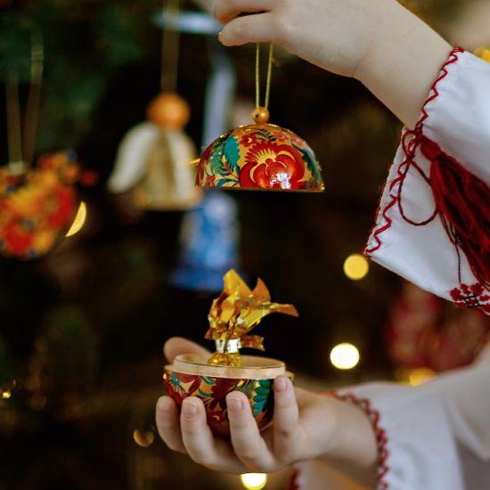 Handbemalte Christbaumkugel aus Holz mit dem Vogel als Motiv, zum öffnen