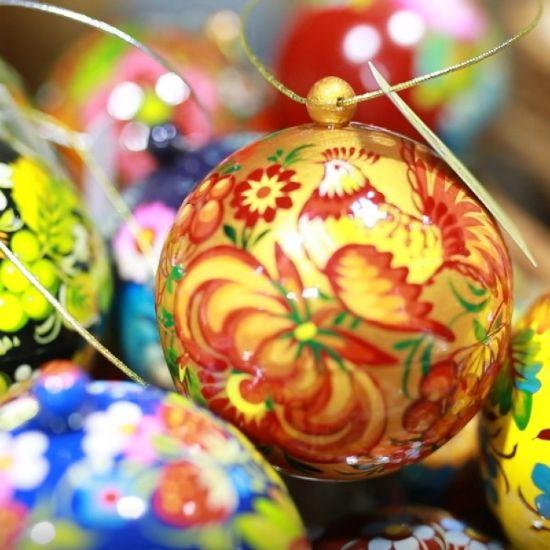 Exklusive Weihnachtskugel im ukrainischen Ethno-Stil