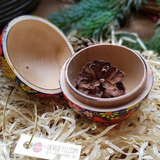 Handbemalte Weihnachtsbaumkugel und origenelle Geschenkverpackung, 8 cm