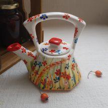 Kleine handbemalte Teekanne aus Keramik mit Blumenmuster