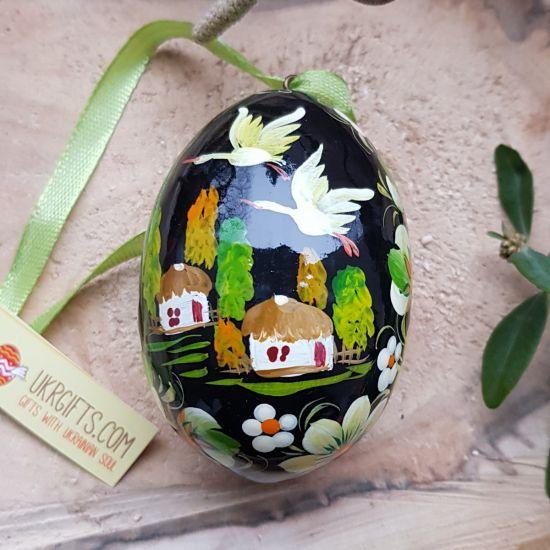 Ukrainische handbemalte Ostereier aus Holz mit Haus als Motiv
