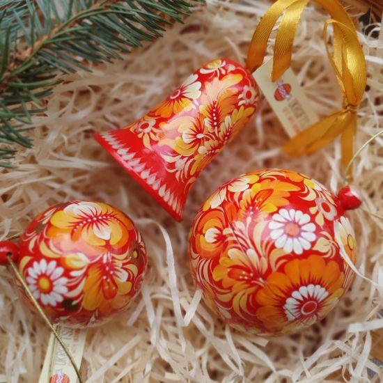 Rote handbemalte Weihnachtskugeln und Glöckchen mit Blumenmuster, traditionelles Kunsthandwerk
