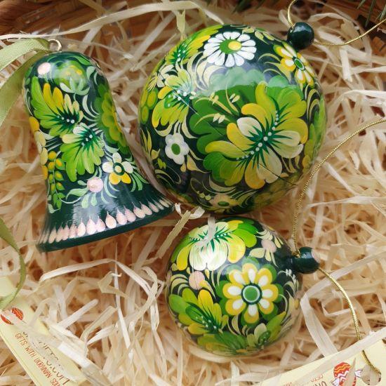 Grüne handbemalte Weihnachtskugeln und Glöckchen mit Blumenmuster, traditionelles Kunsthandwerk