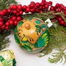 Gold-grüne Christbaumkugel handbemalt mit dem Vogel-Motiv, 8-8.5 cm