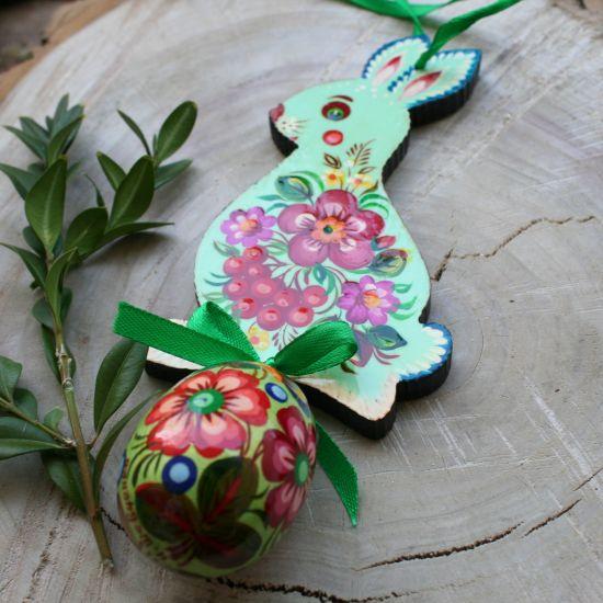 Osterhasendeko mit dem Ei aus Holz - Schöne Osterdekoration - Kunsthandwerk