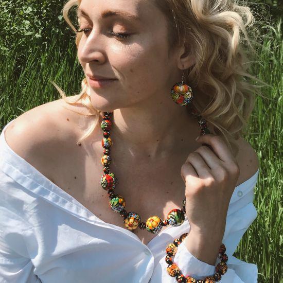 Originelle Ohrringe aus Holz mit blauem Blumenmuster, Ukrainischer Stil