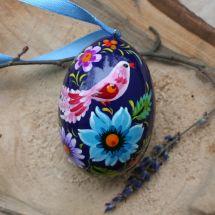 Lila Osterei-Holzanhänger für dem Osterstrauch kunstvoll bemalt