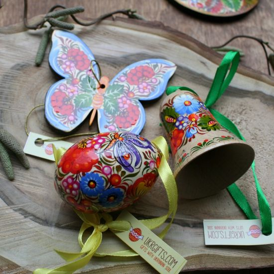 Schöne Osterdeko Set aus Holz- Schmetterling, Glocke, bemaltes Osterei zum Auhängen