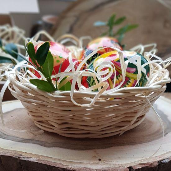 Ostertischdeko Naturmaterialien  - bunte Ostereier aus Holz im Körbchen