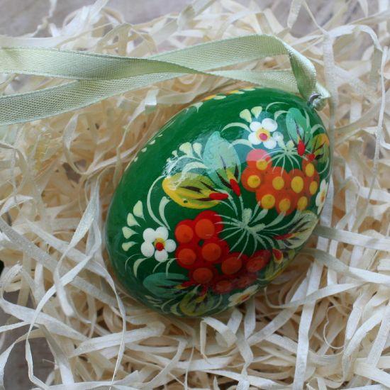 Grünes Osterei aus Holz mit traditionellem Blumenmuster