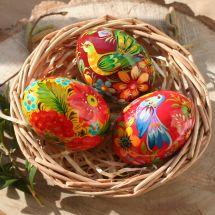 Bunte handbemalte Ostereier aus Holz im Körbchen - Ukrainische Petrykiwka Malerei