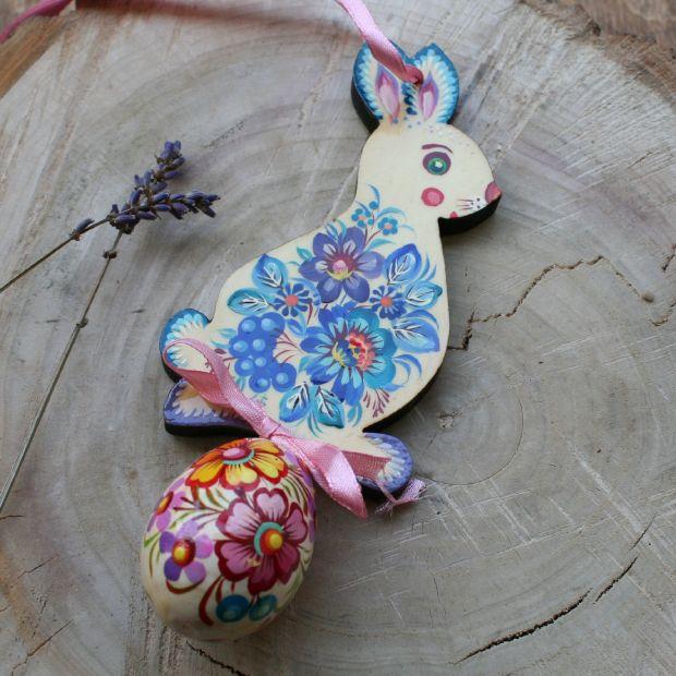 Osterhase zum Aufhängen mit dem Ei aus Holz - Schöne Osterdekoration - Ukrainische Handwerkkunst