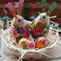 Osterhasen Deko und kleine Ostereier aus Holz im Körbchen