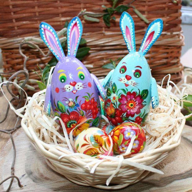 2 lustige Osterhasen, 3 kleine Ostereier aus Holz in dem Körbchen